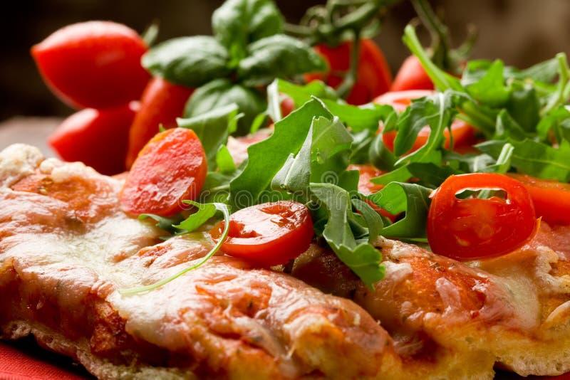 Tomates do Arugula e de cereja da pizza foto de stock