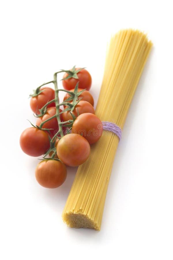 Tomates do espaguete e de cereja isolados no branco foto de stock