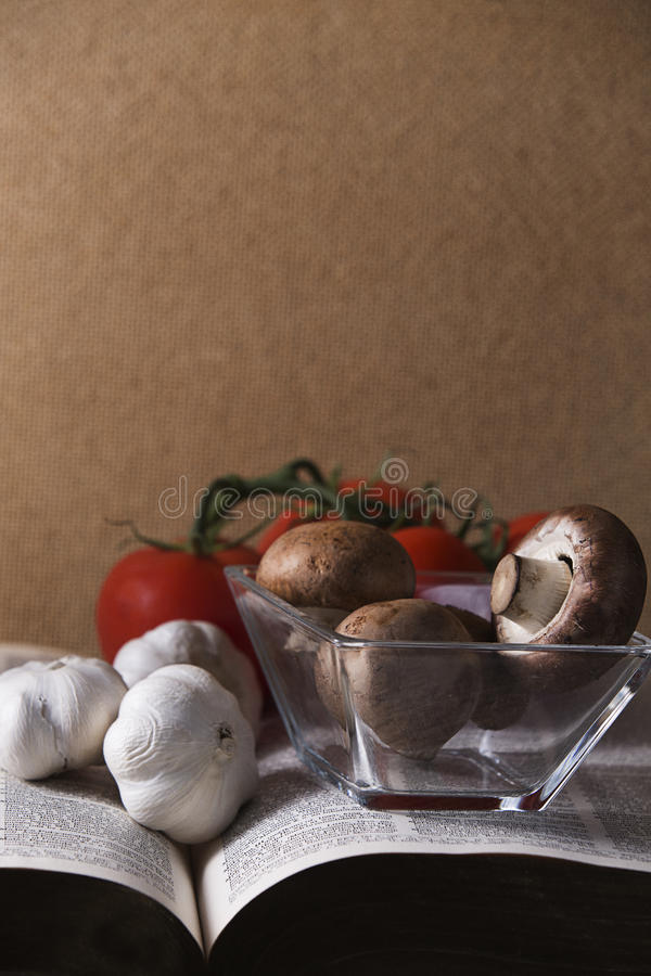 Tomates e alho dos cogumelos em Cork Background fotografia de stock royalty free