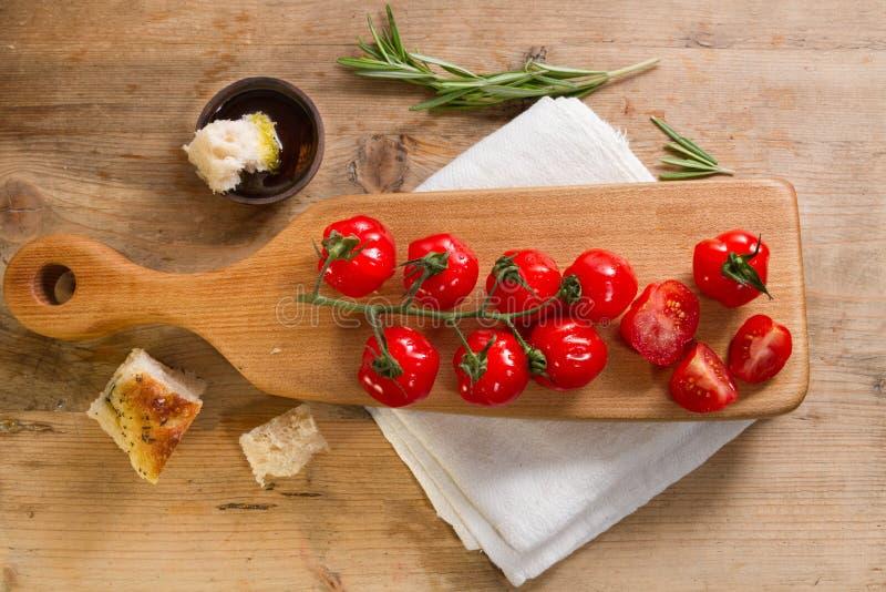 Tomates e focaccia vermelhos fotos de stock