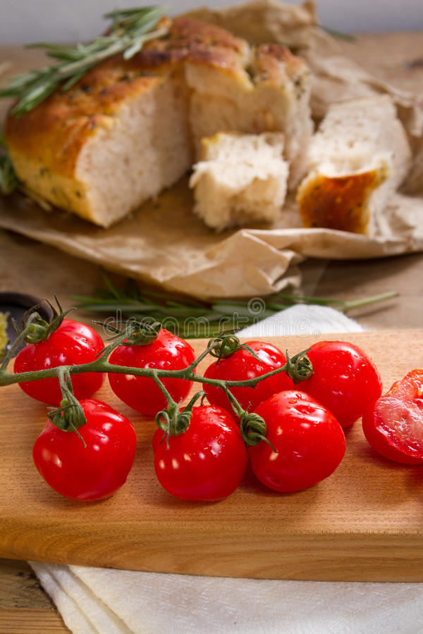 Tomates e focaccia vermelhos imagens de stock