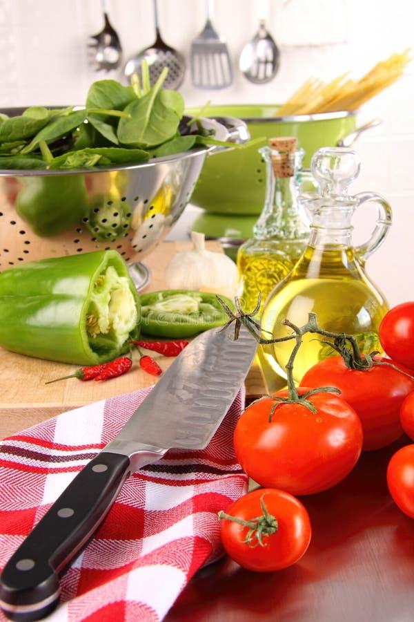 Tomates e peppersl verde no contador fotografia de stock royalty free