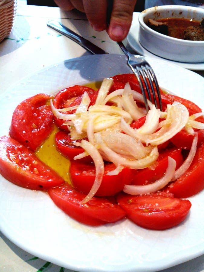 Tomates e salada da cebola imagens de stock royalty free