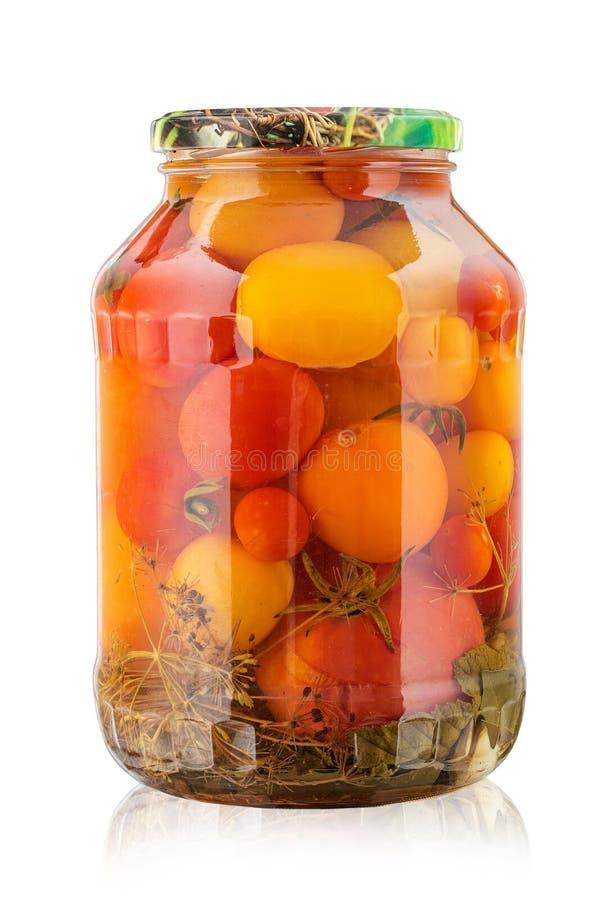 tomates en boîte dans un pot sur un fond blanc, d'isolement images stock