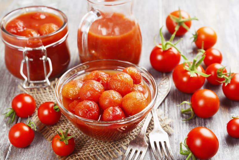 Tomates en boîte en jus de tomates image libre de droits