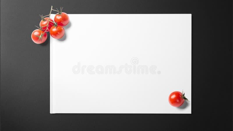 Tomates en el Libro Blanco en fondo negro fotos de archivo libres de regalías