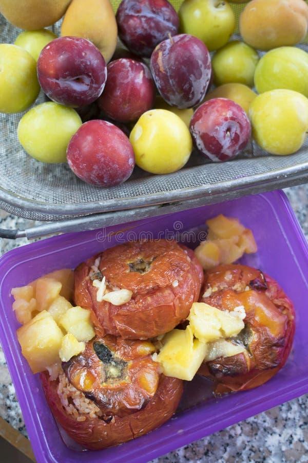 Tomates enchidos com arroz perto do fruto fotografia de stock