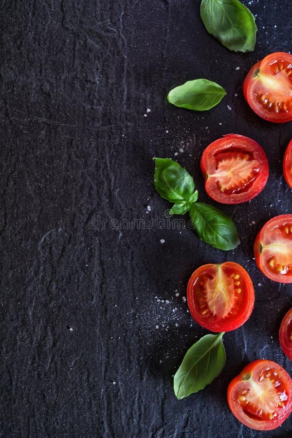 Download Tomates et basilic rouges image stock. Image du noir - 77150641