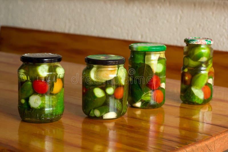 Tomates et concombres en boîte image stock
