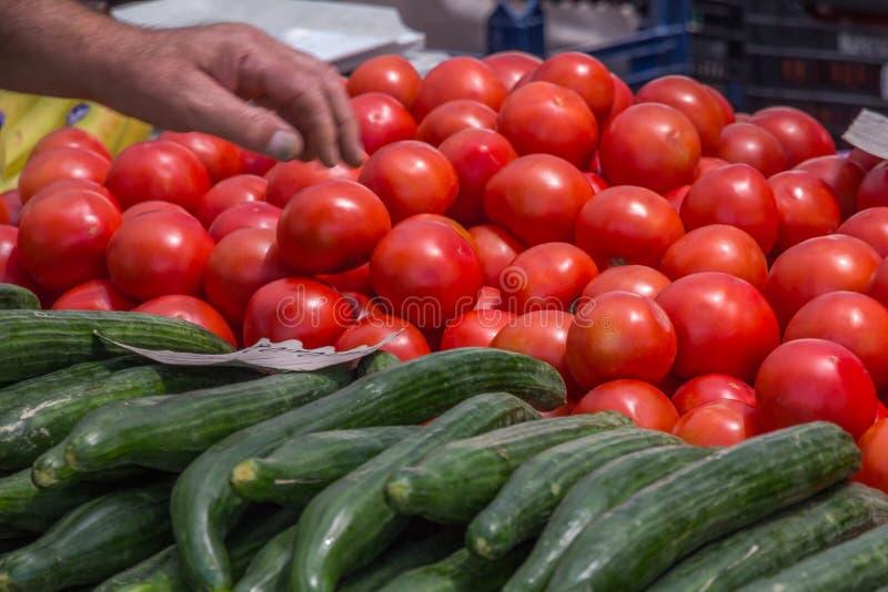 Tomates et concombres frais à vendre sur le marché du ` s d'agriculteur, Grèce photo stock