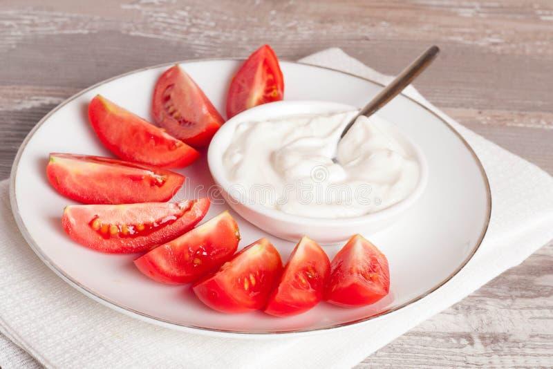 Tomates et crème sure photographie stock libre de droits