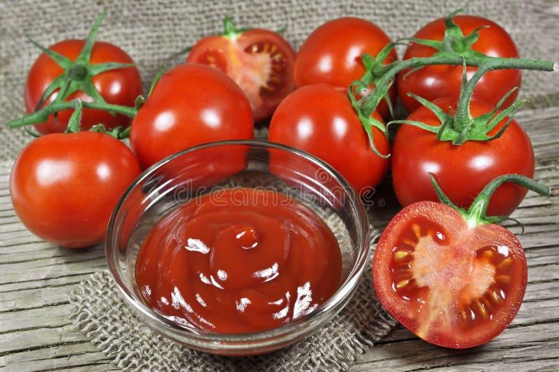 Tomates et ketchup rouges frais photographie stock libre de droits