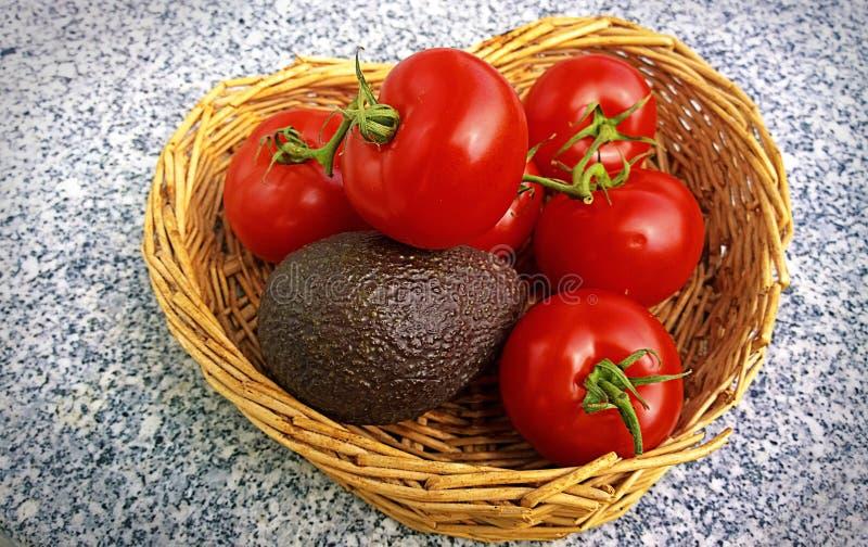Download Tomates Et Poire D'avocat Fraîches Mûres Dans Le Panier Photo stock - Image du nutrition, méditerranéen: 76075960