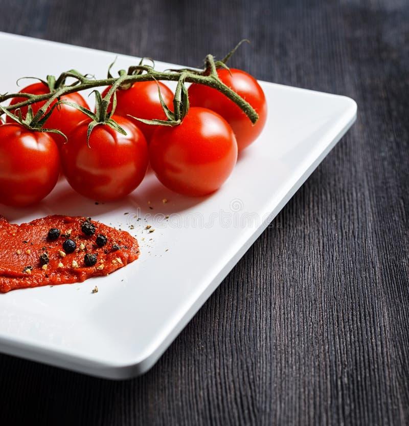 Tomates et sauce tomate mûres images libres de droits