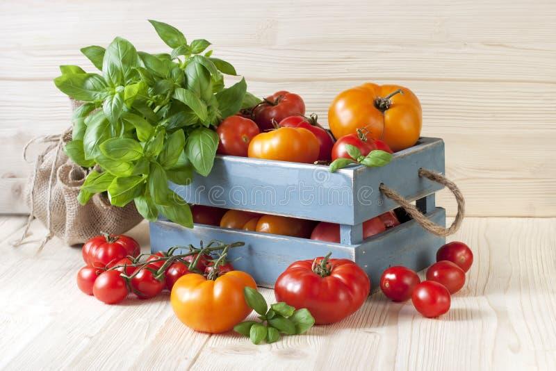 Tomates fraîches dans la boîte en bois photo stock
