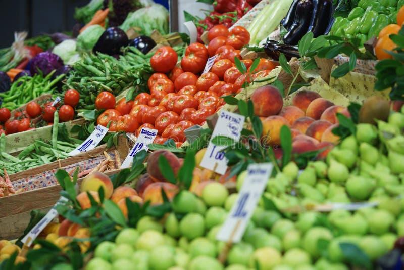 Tomates fra?ches et d'autres l?gumes sur le compteur d'un march? en plein air ou un supermarch? ou un magasin image libre de droits