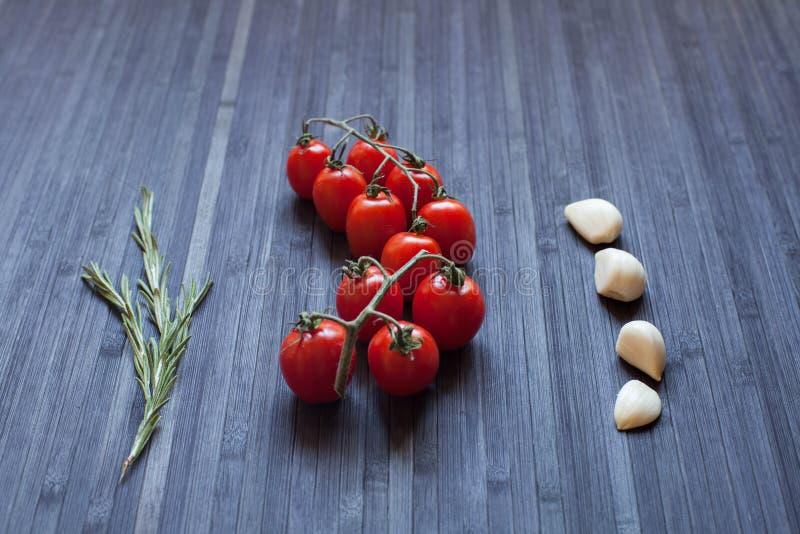 Tomates fraîches sur un branchement photographie stock libre de droits