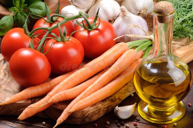 Tomates frescos, cenoura e petróleo verde-oliva fotos de stock royalty free
