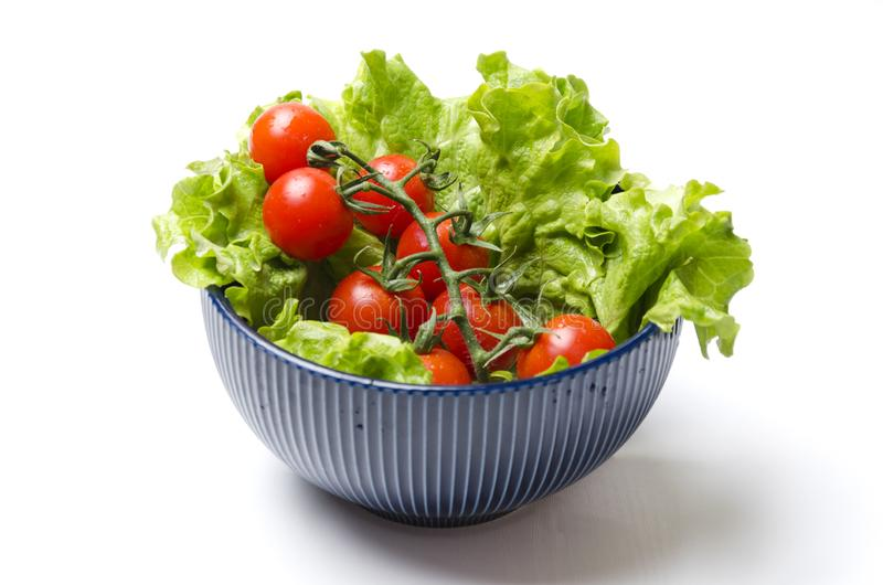 Tomates frescos crudos y lechuga verde en el cuenco Preparación para cocinar la ensalada Simplemente, ensalada fácil y rápida fotografía de archivo libre de regalías