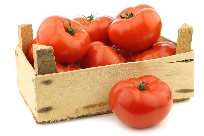 Tomates frescos da carne em uma caixa de madeira foto de stock