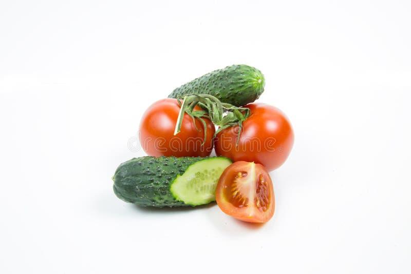 Tomates frescos e pepinos vermelhos isolados no fundo branco foto de stock royalty free