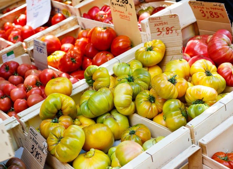 Tomates frescos orgánicos del mercado mediterráneo de los granjeros en Prov imagen de archivo libre de regalías