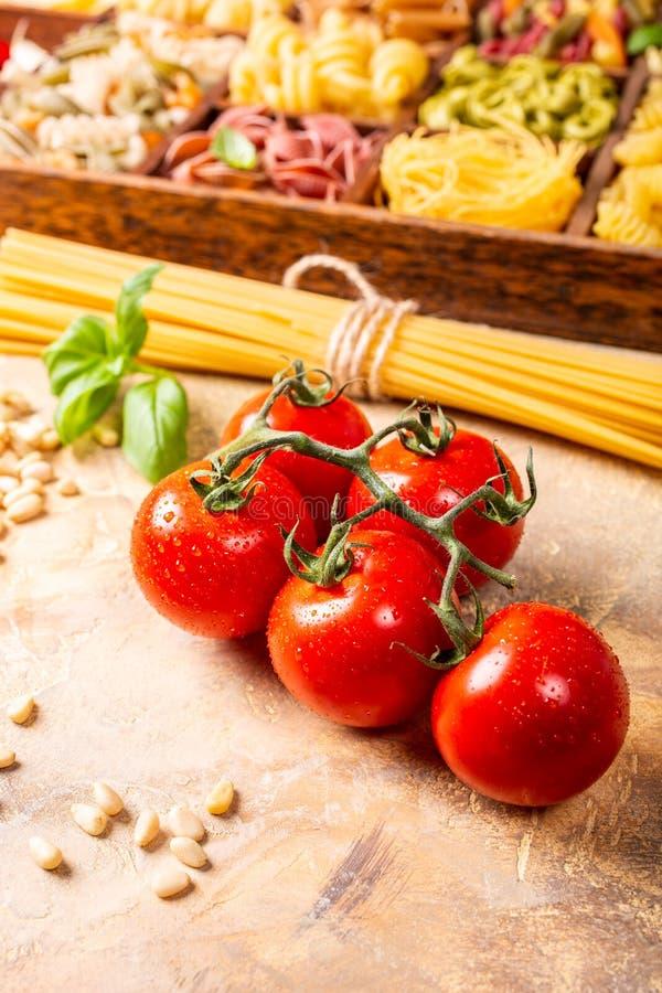 Tomates frescos para o molho de massa italiano clássico caseiro foto de stock royalty free