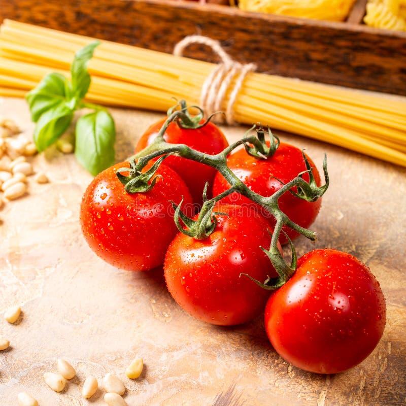 Tomates frescos para o molho de massa italiano clássico caseiro fotografia de stock royalty free