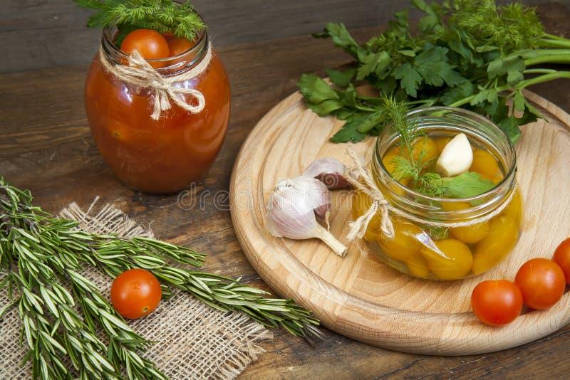 Tomates marinées en boîte en jus de tomates sur une table en bois photographie stock libre de droits