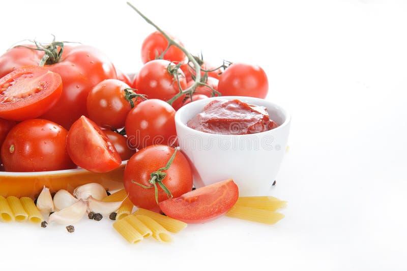 Tomates, molho de tomate, alho e pimenta isolados no fundo branco, massa fotos de stock