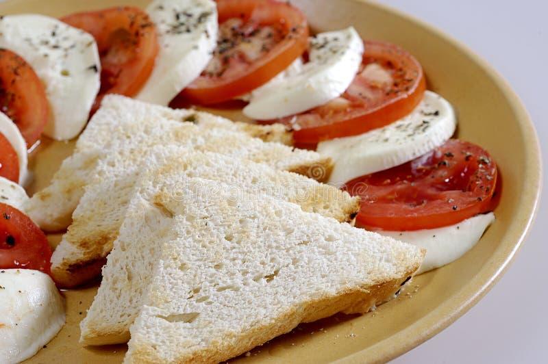 Tomates, mozzarella, pain grillé image stock