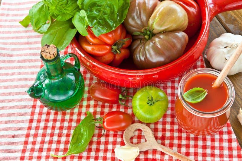 Tomates, mussarela e manjericão fresca imagens de stock