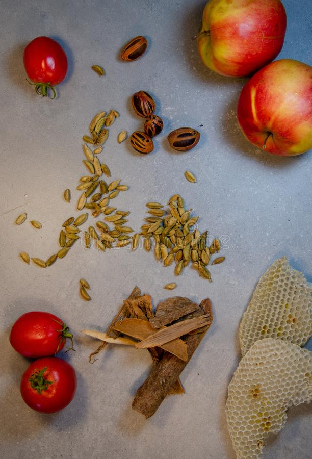 Tomates Noz-Meg maçãs cardamom honeycombs lata de canela imagem de stock