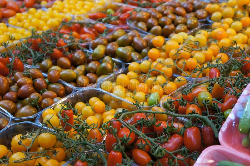 Tomates para a venda, foco propositadamente borrado, seletivo no tomate imagens de stock