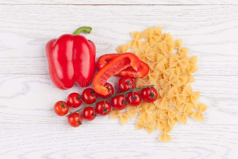 Tomates, pimenta vermelha e macarrão na tabela imagem de stock royalty free