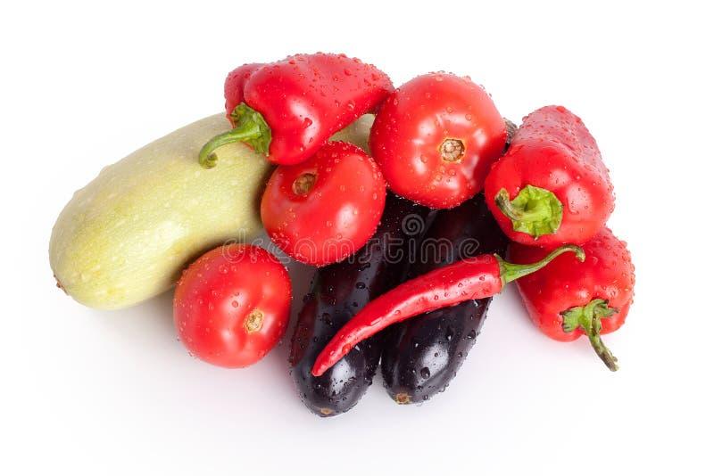 Tomates, poivrons doux rouges, poivrons de piments d'un rouge ardent, aubergines violettes, courgette verte dans les gouttes de l images stock