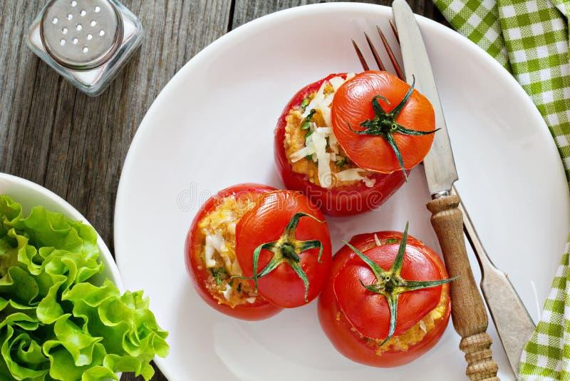 Tomates rellenos con queso y migajas de pan foto de archivo libre de regalías
