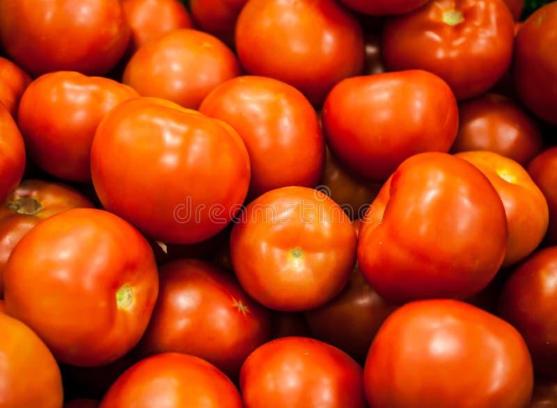 Tomates rojos en ventana de la tienda en tienda imagenes de archivo