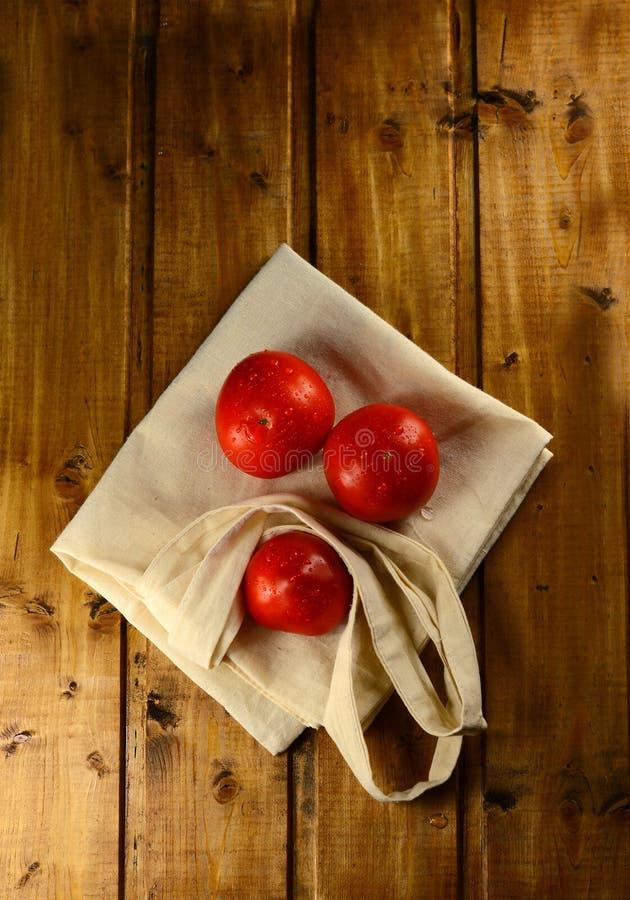 Tomates rojos frescos en un de madera imagen de archivo libre de regalías