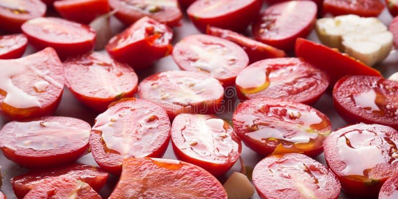 Tomates rouges d'héritage avec l'huile d'olive photos stock
