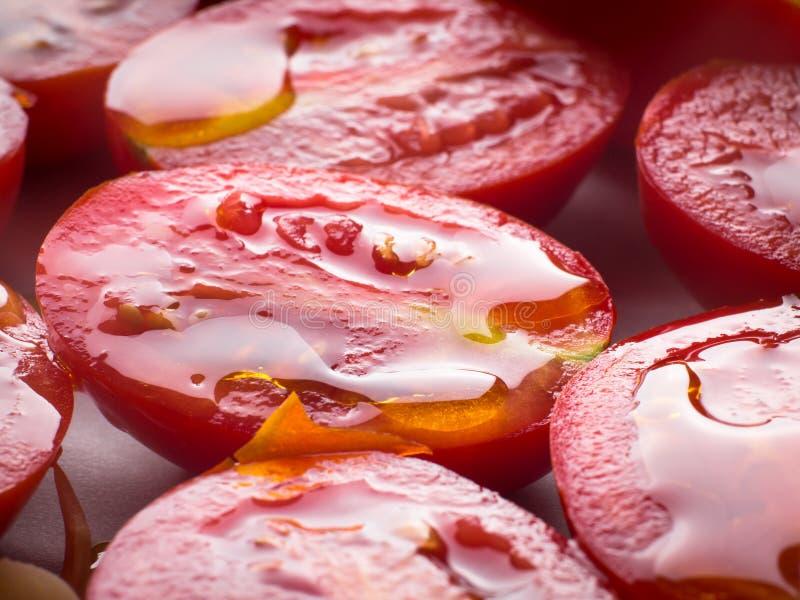Tomates rouges d'héritage avec l'huile d'olive photographie stock