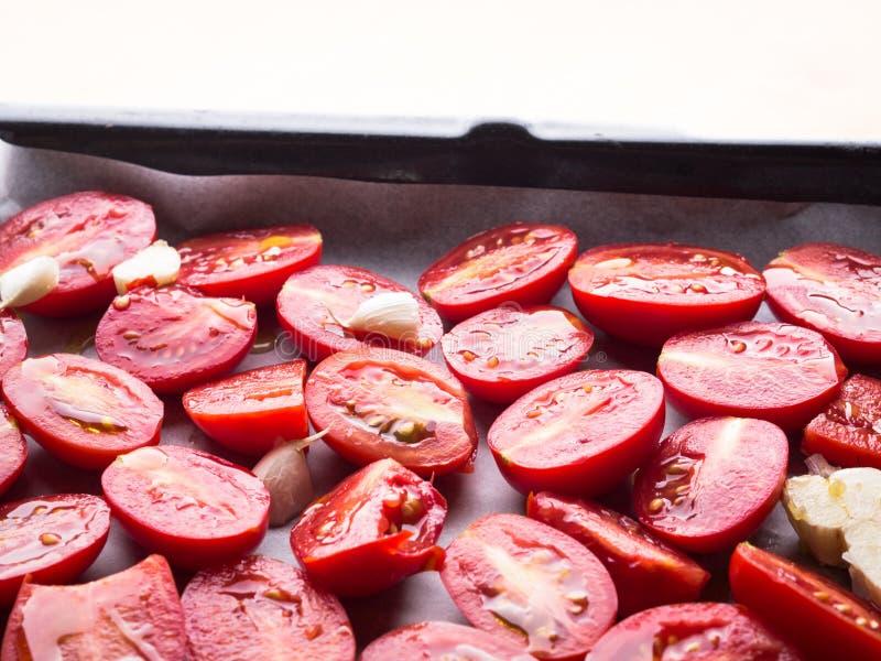 Tomates rouges d'héritage avec l'huile d'olive photo stock