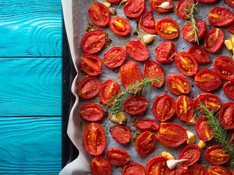 Tomates rouges d'héritage cuites au four avec l'ail image stock