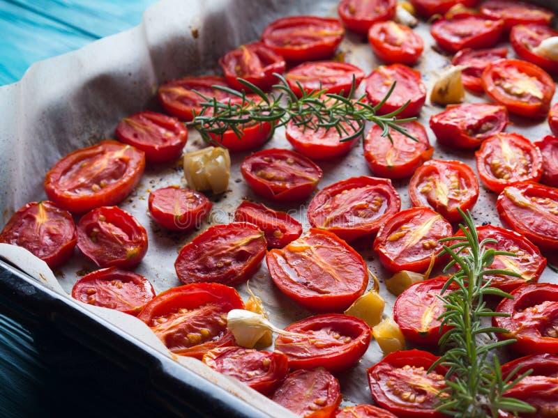Tomates rouges d'héritage cuites au four avec l'ail photo libre de droits
