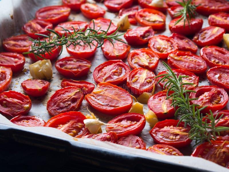 Tomates rouges d'héritage cuites au four avec l'ail photos libres de droits