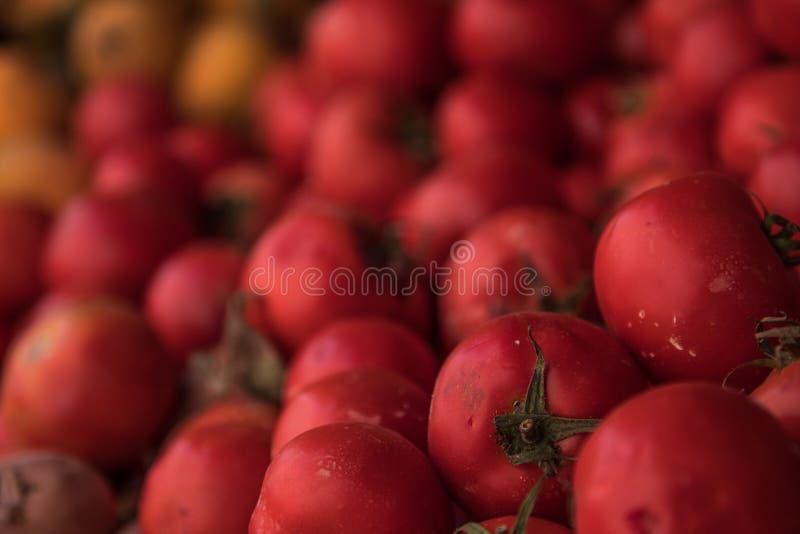 Tomates rouges fraîches à un stand de fruit image libre de droits