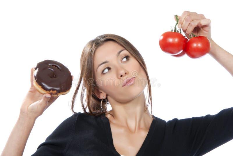 Tomates saudáveis da filhós da mulher do conceito do alimento comer imagens de stock