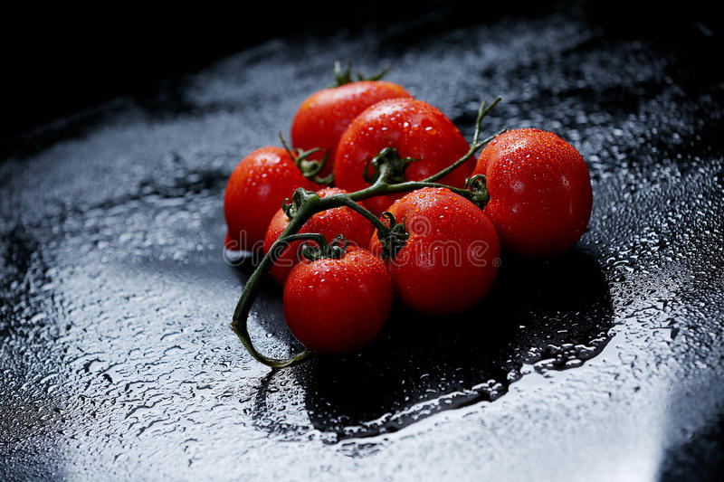 Download Tomates Sous Des Baisses De L'eau Photo stock - Image du santé, raindrops: 76077346