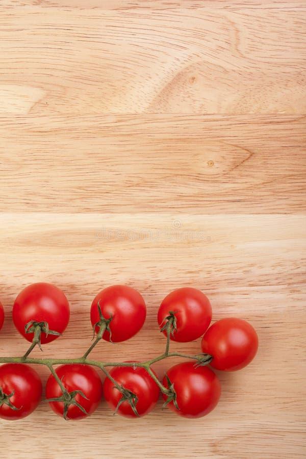 Tomates sur le bureau en bois images stock