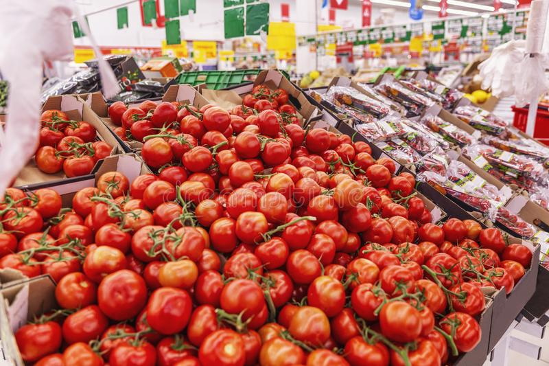 Tomates sur le compteur dans le supermarché photographie stock libre de droits